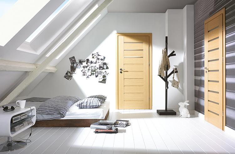 Slaapkamer met schuine daken. Door het gebruik van lichte kleuren en ...