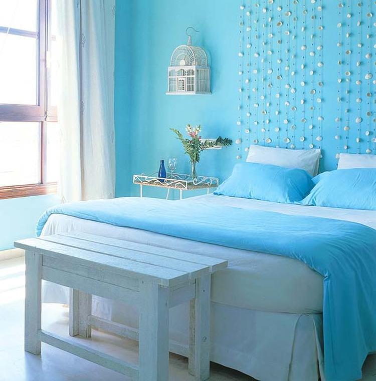Lichte slaapkamer met bijpassend beddengoed. Hier is met behulp van ...