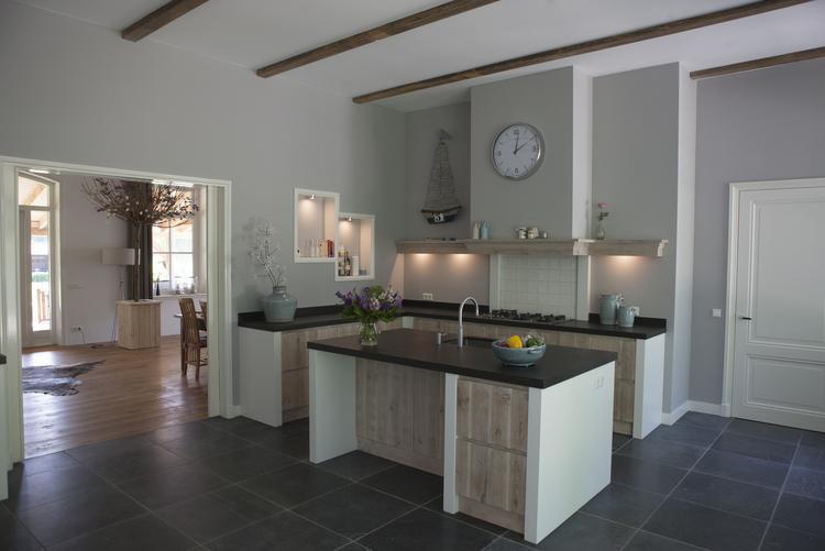 Modern landelijke keuken eigen ontwerp. steigerhout whitewash maar
