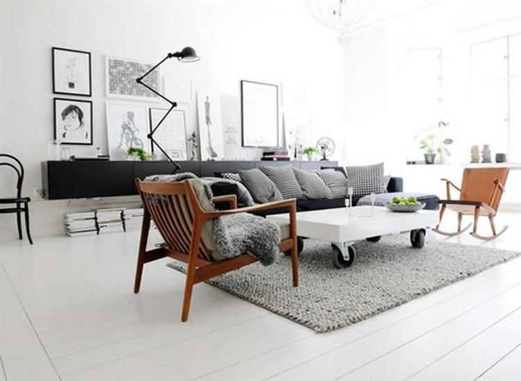 Woonkamer in wit en grijs. In de woonkamer van dit appartement ...