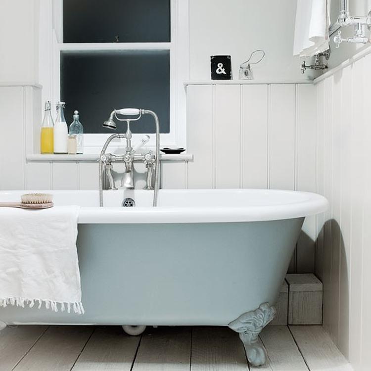 Badkamer met houten vloer lambrisering en bad op pootjes.. Foto ...