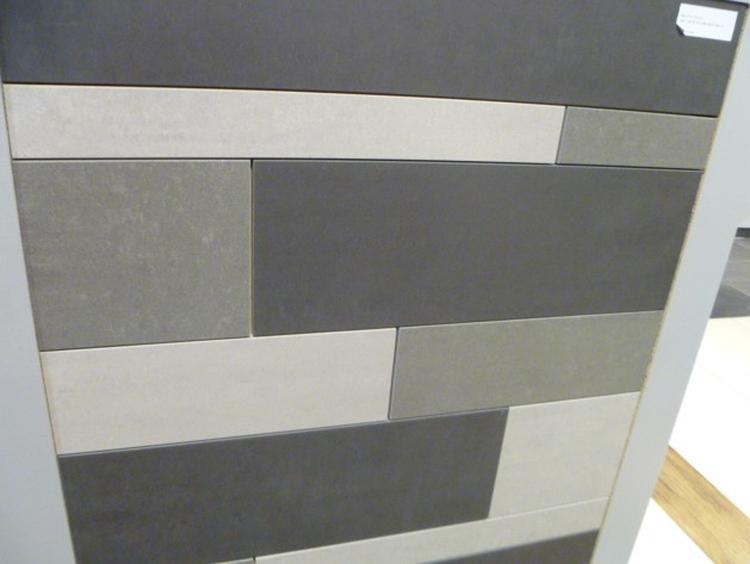 Mix van tegelstroken in aarde tinten, minimalistisch maar ...