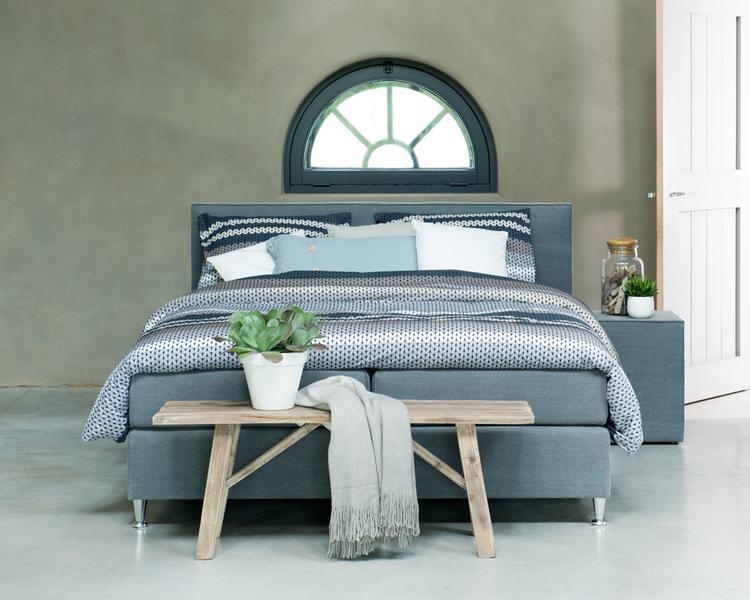 mooie kleurencombinatie voor in de slaapkamer. Houten bankje is ook ...