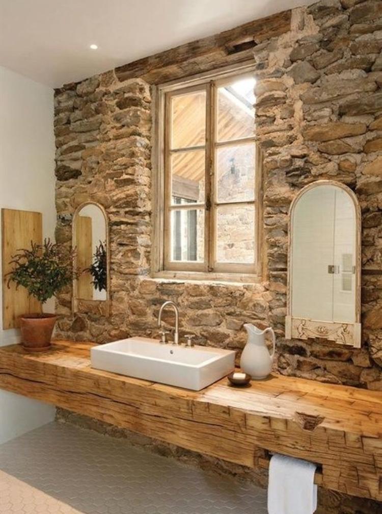 Badkamer met stenen muur en houten tafel.. Foto geplaatst door ...