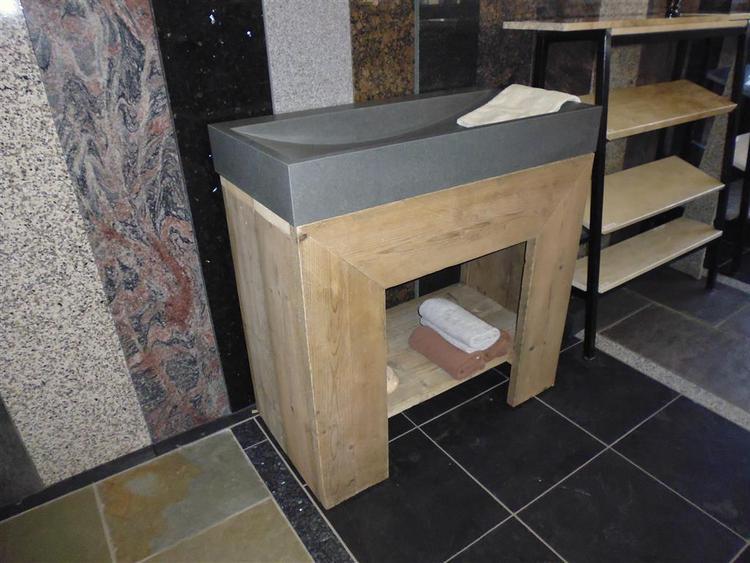 Wastafel met natuursteen massieve bak en steigerhout meubel foto