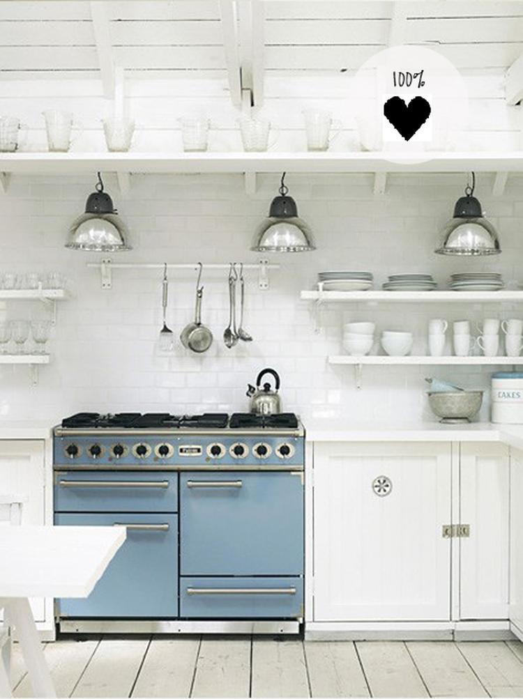 Witte keuken met blauw/grijs fornuis en industriële lampen.. foto ...