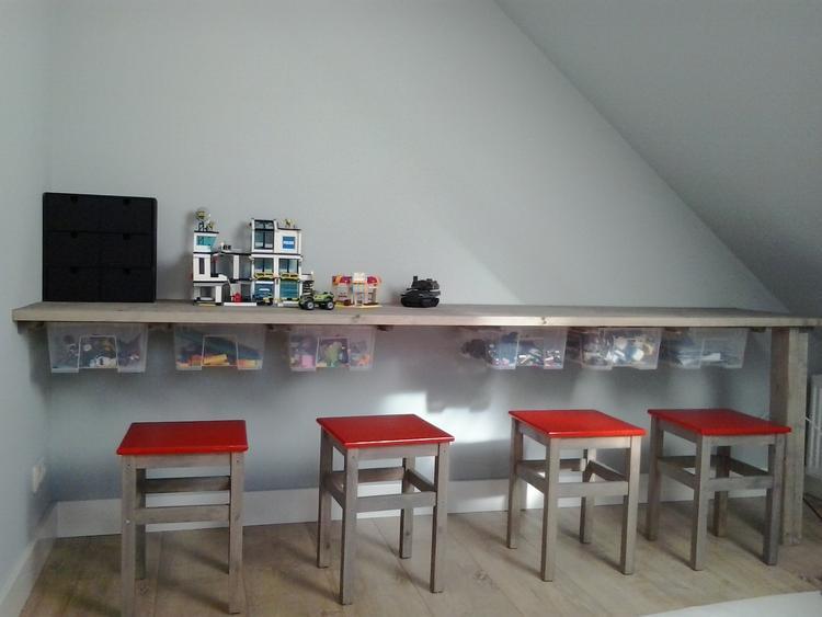 Steigerhouten bureau met ikea bakken eronder om speelgoed in op te