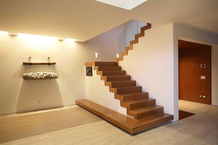 Mooie houten trap in huis ga voor meer informatie naar onze website