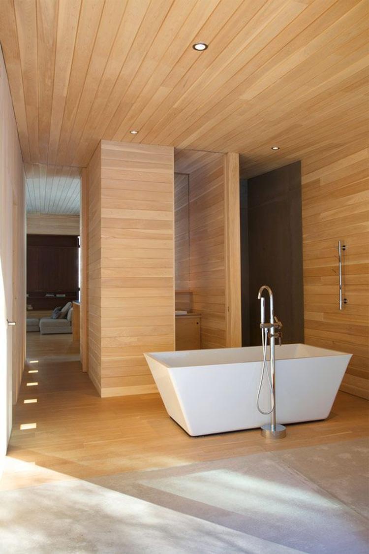 mooi parket op de vloer plafond in de badkamer ga voor meer