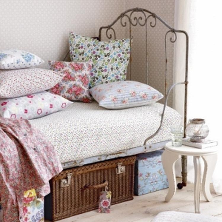 landelijke slaapkamer met antiek spijlenbed foto geplaatst door