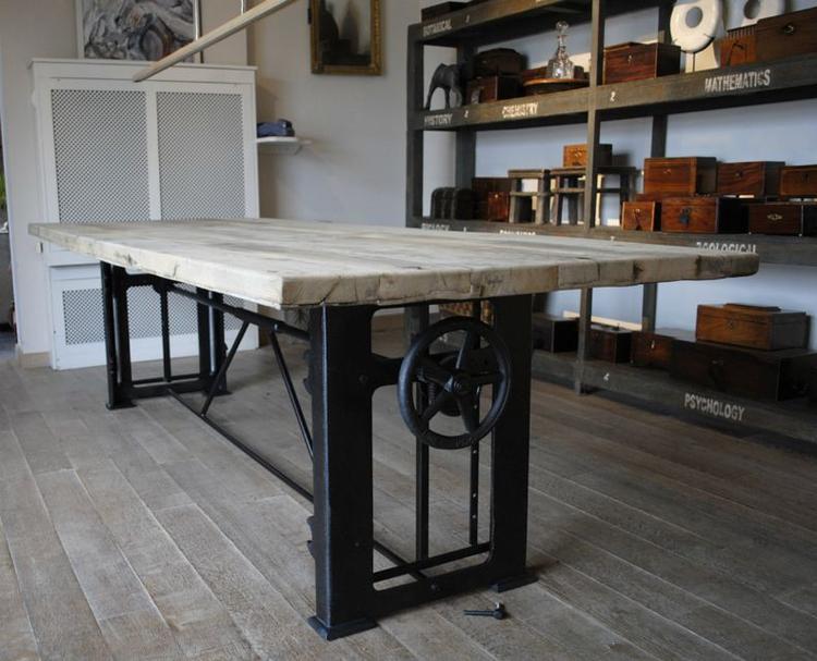 In hoogte verstelbare industriële tafel foto geplaatst door