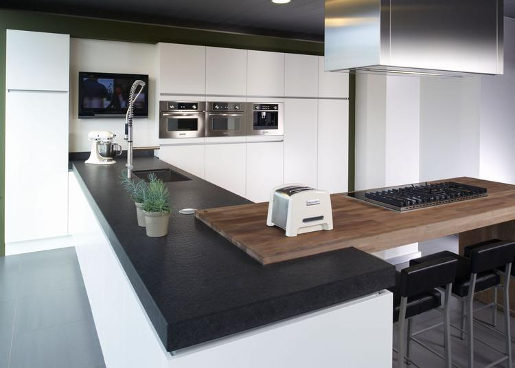 Moderne keuken met twee haaks op elkaar liggende werkbladen. deze