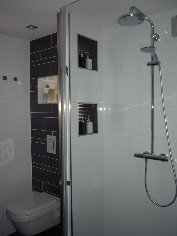 Nisjes in de nieuwe badkamer. Contrasterende kleuren: Donkere nisjes ...