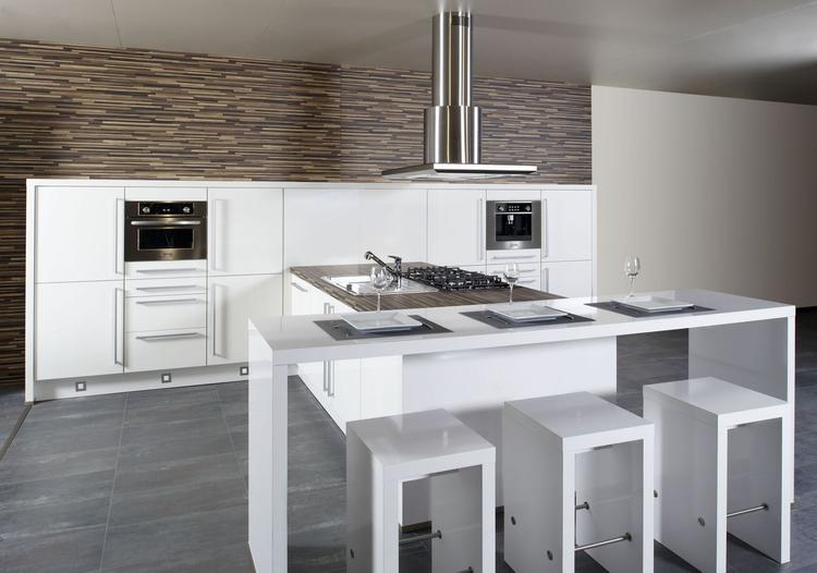 Moderne witte keuken met houtaccent en gezellig zitje door de