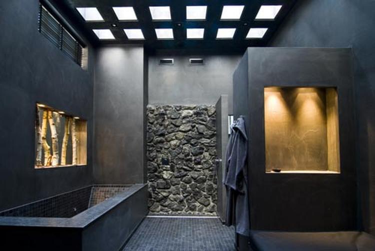Zwarte badkamer, stoer en robuust. Foto geplaatst door Katja op Welke.nl