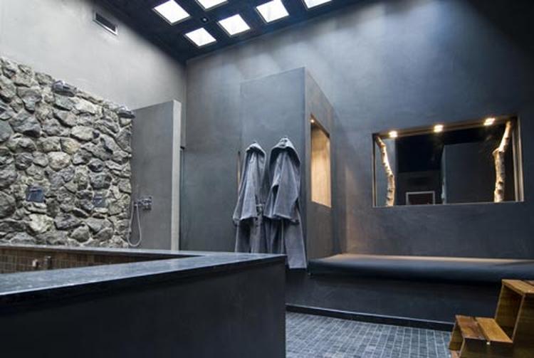 zwarte badkamer met boomstammen-deco. Foto geplaatst door Katja op ...