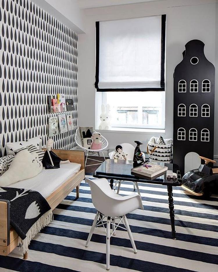 de kleurencombinatie zwartwit in je interieur in deze kinderkamer zijn veel grafische prints gebruikt voor zowel muren vloer als accessoires