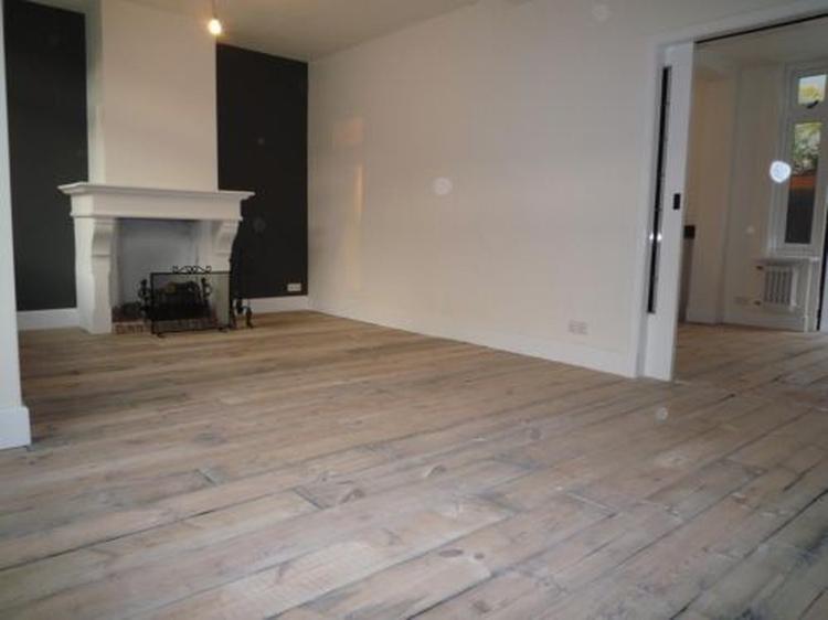prachtige houten vloer: oud grenen planken uit wagons. Foto ...