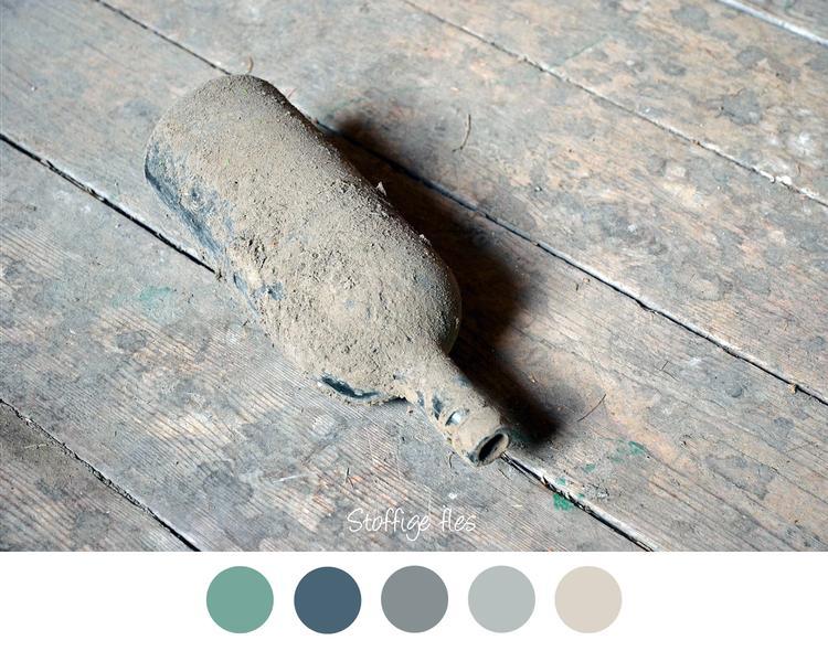 oude fles oude stoffige fles op houten vloer mooie kleurencombinatie voor in het interieur