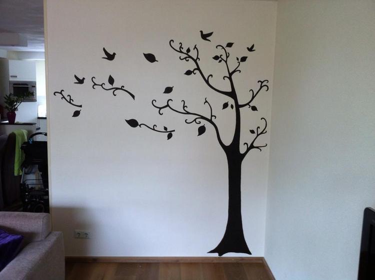Muurschildering woonkamer door StijlvolleMuur. In de boom komen ...