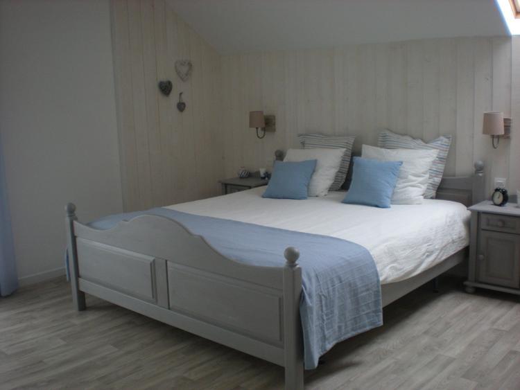 Zachte tinten in wit, grijs, taupe en blauw in de slaapkamer. Foto ...