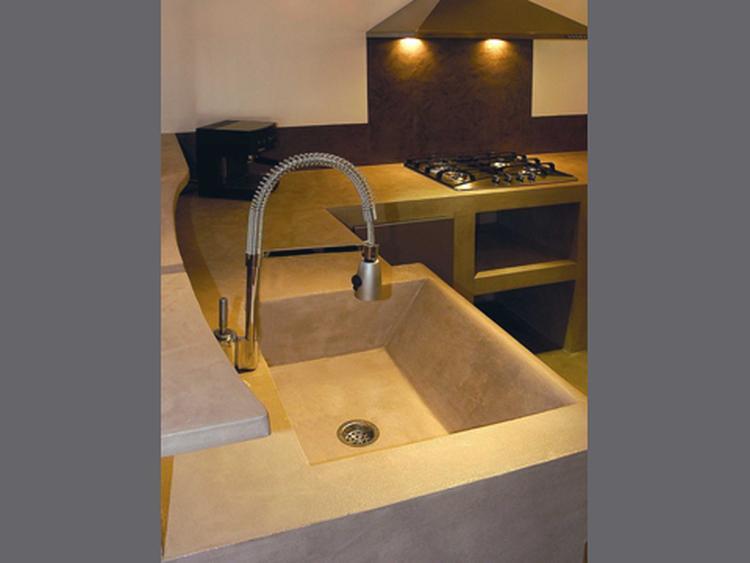 Betonstuc is ook mooi als achter spatwand in de keuken. . foto