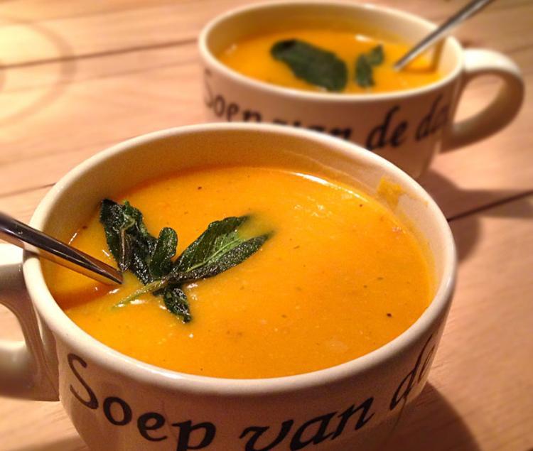zoete maar ook spicy pompoensoep naar recept van jamie oliver. super