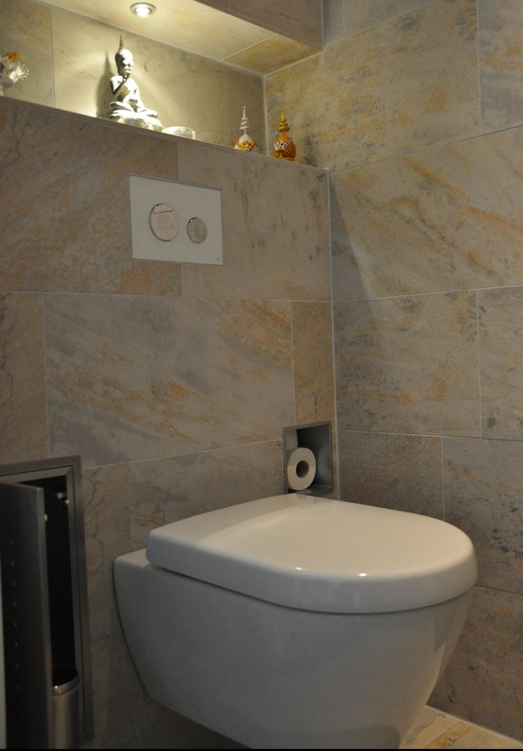 Sfeervol toilet. Gerenoveerd toilet waar de voorzetwand op een ...