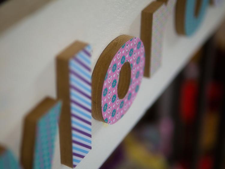 een white wash steigerbord met mdf beplakte letters leuk voor aankleding in de woonkamer of