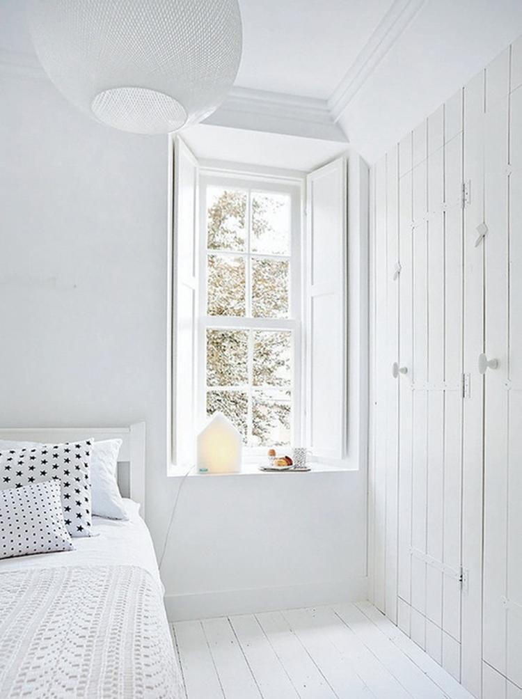 witte slaapkamer: raam met diepe vensterbank en mooie houten, Deco ideeën