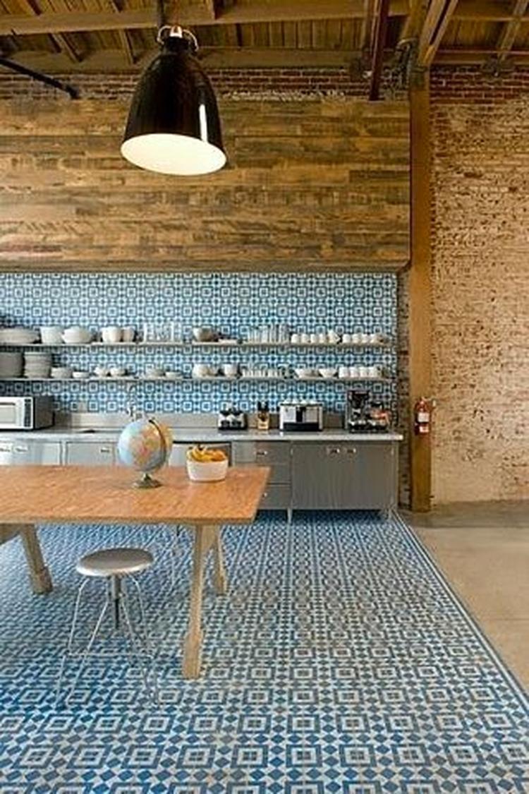 Portugese tegels op de vloer en de wand in de keuken. . Foto ...
