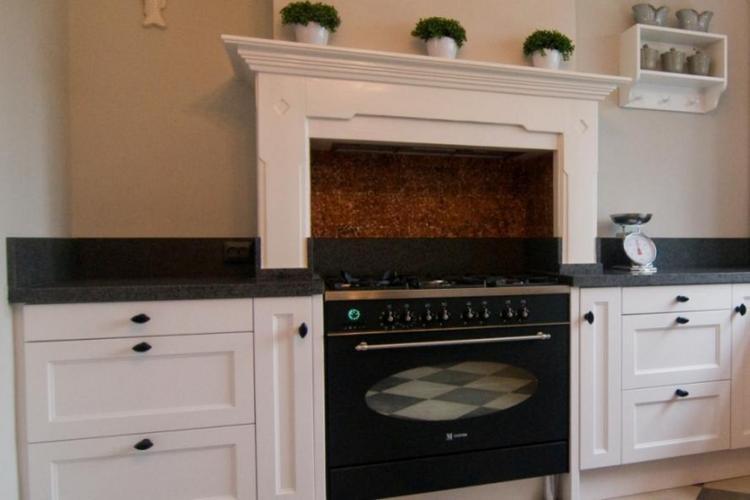 Deze landelijke keuken is af gemaakt met een mooi granieten ...