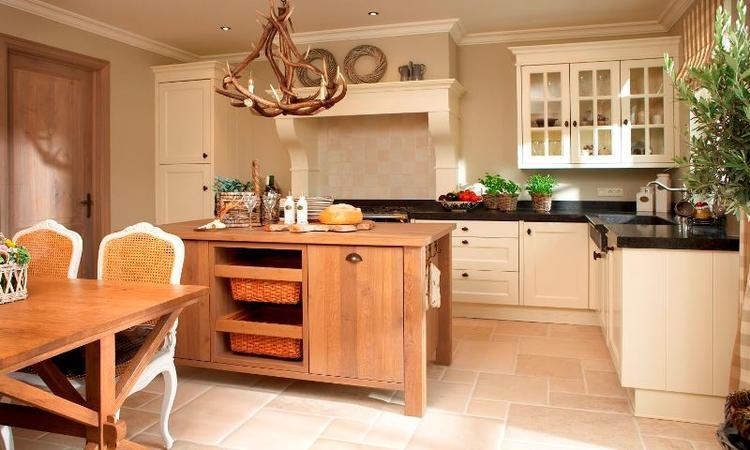 Beige Landelijk Keuken : Mooie landelijke keuken met een warme beige natuursteen vloer van