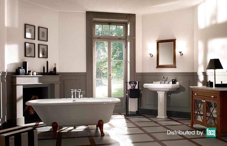 Klassieke badkamer in retro stijl met stijlvol bad op pootjes