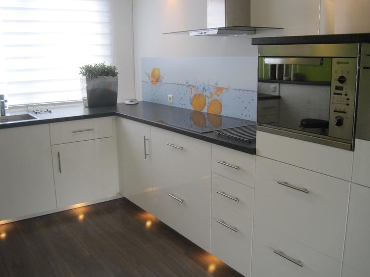 Mooie keuken met verlichting onder de plint maar let ook eens op