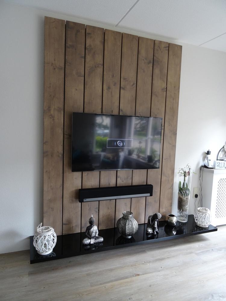 Extreem TV wandmeubel gemaakt van steigerhouten planken en mdf. De planken  QD32