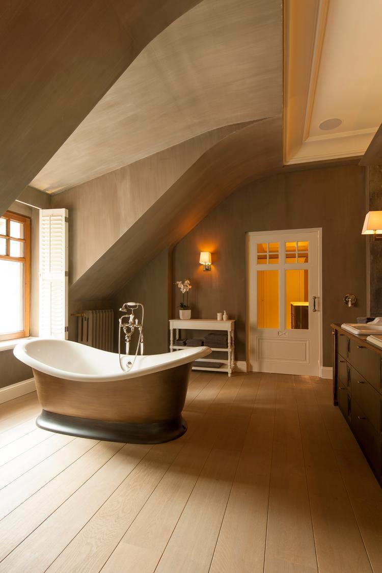 Badkamer met vrijstaand bad - Moderne badkraan ...