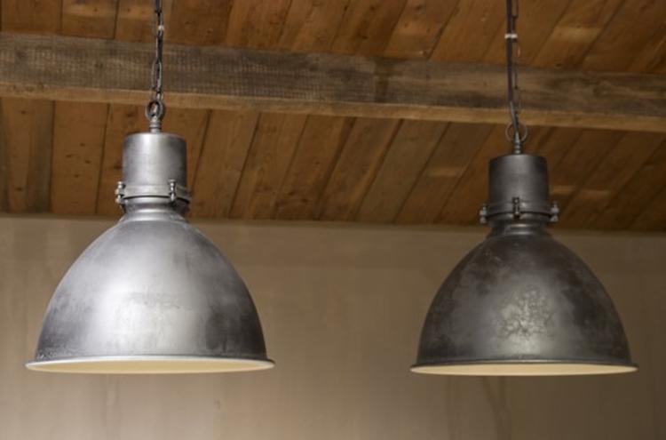 industriele lampen voor boven de eettafel foto geplaatst door