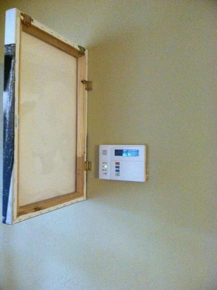 Lelijke thermostaat verbergen door er een canvas met scharnieren ...