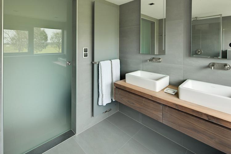 Mooie kleurencombinatie met grijs en hout in de badkamer. Foto ...
