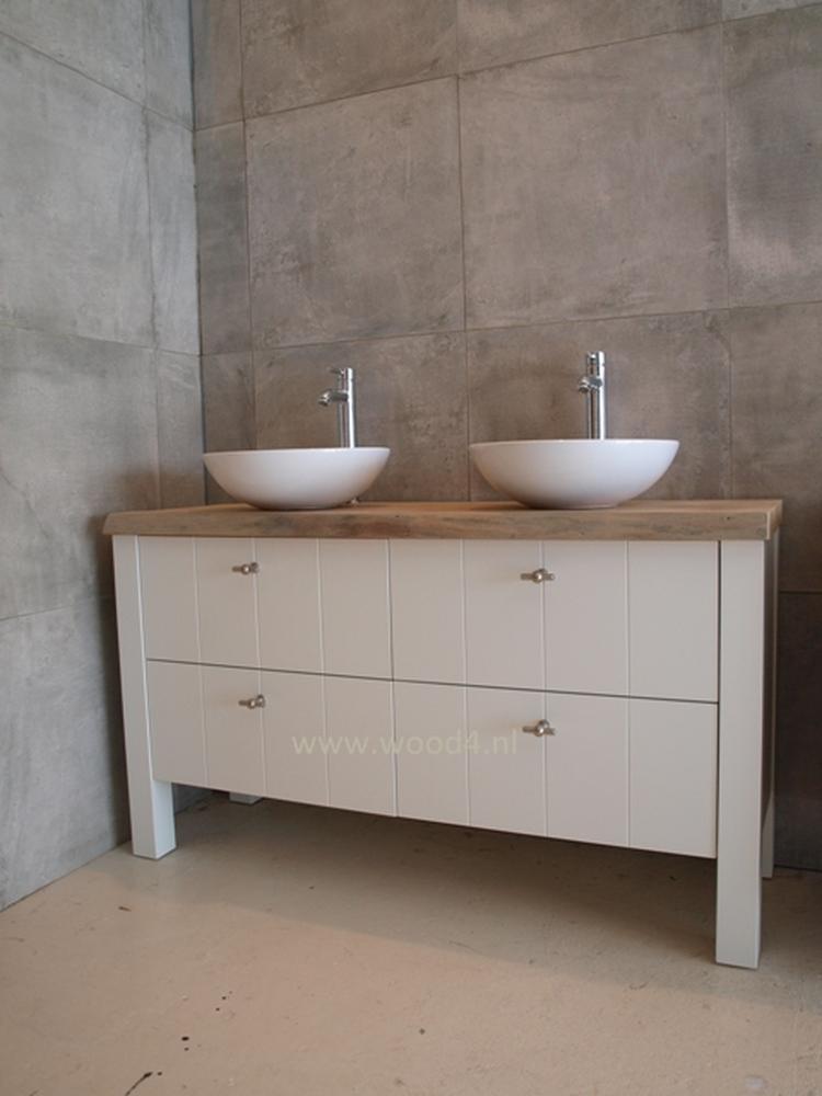 Badkamer en badkamermeubel: Een wit badkamermeubel met een iepen ...
