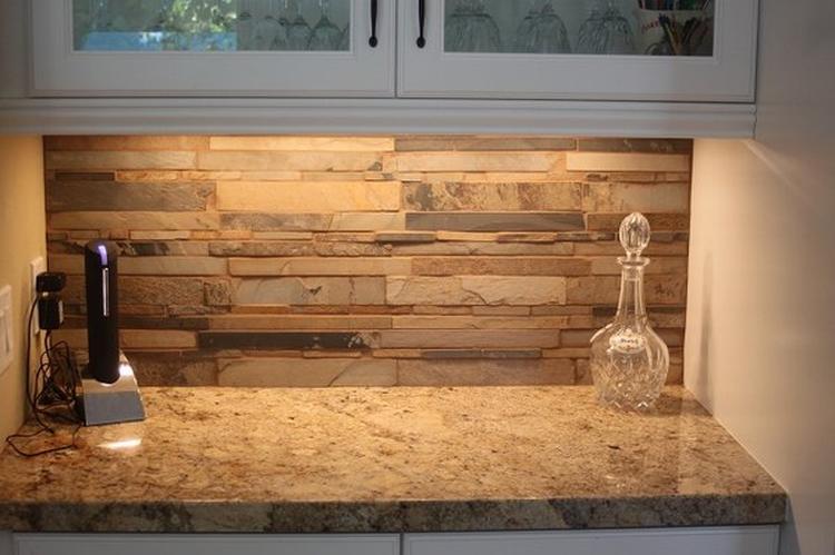 Welke Nl Keuken : Achterwand van de keuken in steen look stroken betegeld.. foto