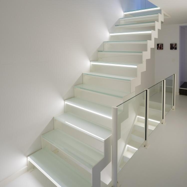 Wit stalen trap met glazen treden en led verlichting.. Foto ...