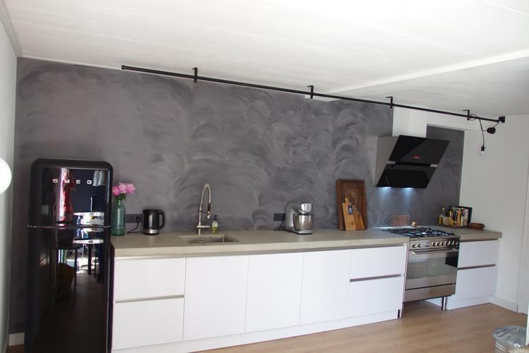 Mooie witte hoogglans witte keuken met een betonnen blad foto