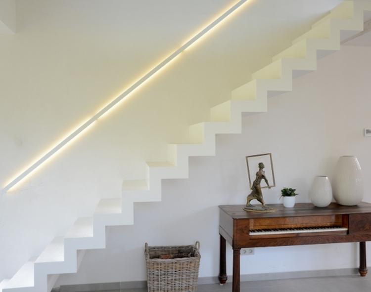 Moderne Corian trap op maat met een strakke leuning met ingewerkte ...
