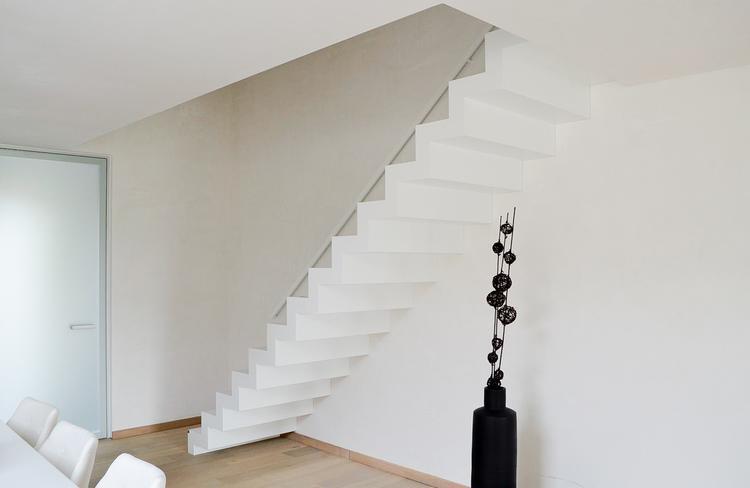 Leg een strak accent in je woonkamer met een moderne corian trap