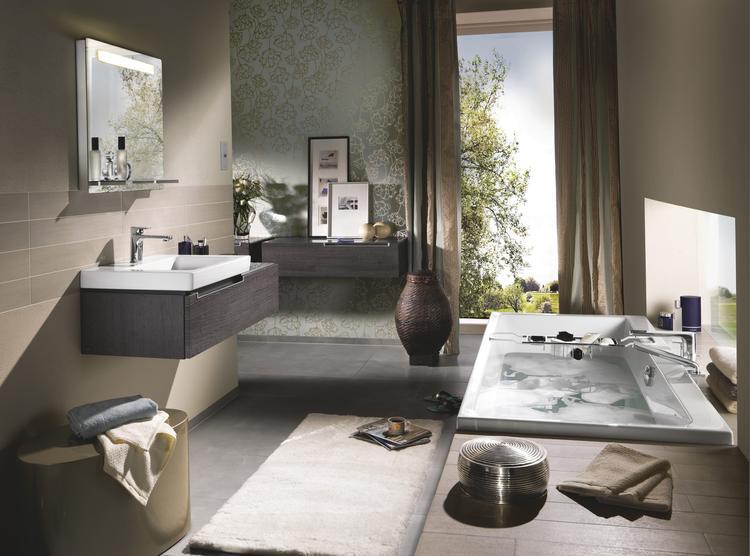 Ruime badkamer met ligbad en wastafel Subway 2.0 van Villeroy &amp ...
