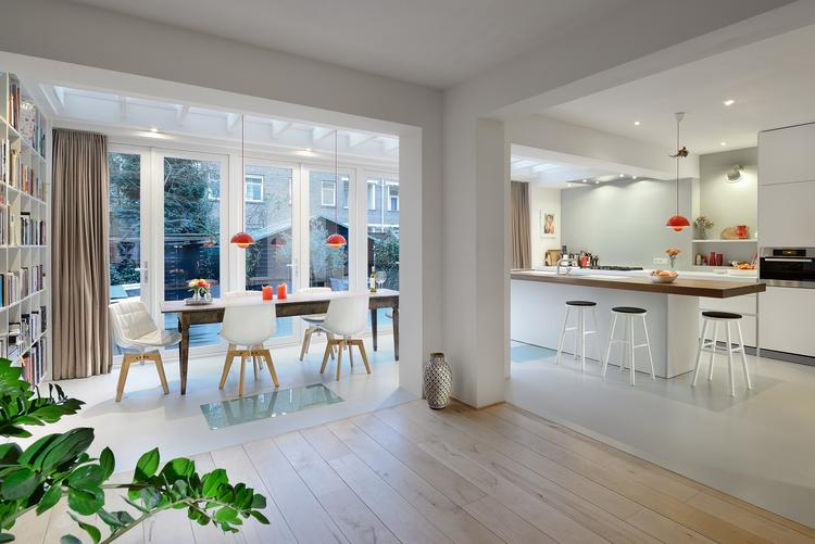Moderne aanbouw met keuken. veel licht door lichte materialen ...