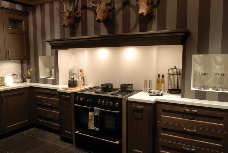 Klassieke keuken met grote schouw en natuurstenen werkblad van ...