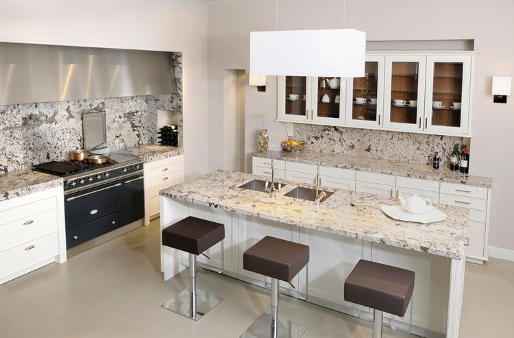 Klassieke keuken met granieten werkblad van dekker deze klassieke